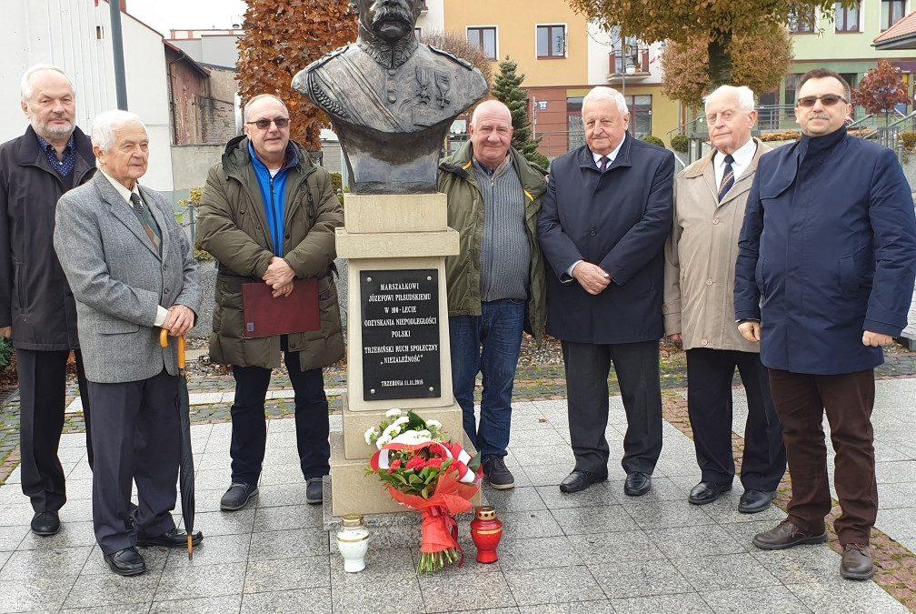 Kwiaty iznicze podpopiersiem Marszałka Józefa Piłsudskiego zokazji 101 rocznicy odzyskania niepodległości